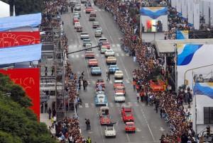 Una vista aérea del desfile de vehículos del Bicentenario. Foto: Télam.