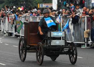 El Iglesias, primer auto argentino, llegó desde Campana para el desfile. Foto: Télam