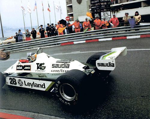Reutemann acaba de ganar el GP de Mónaco de 1980 y recibe el saludo de los banderilleros y auxiliares de pista.