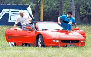 Maradona junto a Copolla en su Ferrari F355 Spider en un entrenamiento de Boca en el Sindicato de Empleados de Comercio - Foto: Clarín.
