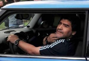 Maradona llega al predio de la AFA en Ezeiza con su Mini Cooper.