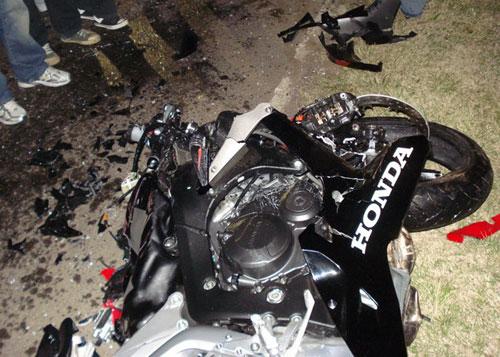 Así quedo la moto Honda tras el choque con el Fiat 128.