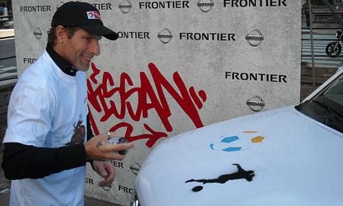 Palermo graffitea el capó de la Frontier