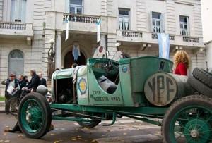 Una de las máquinas que compleló la Travesia del Bicentenario frente a la Municipalidad de Luján.