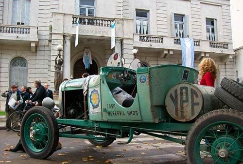 Una de las máquinas que completó la Travesia del Bicentenario frente a la Municipalidad de Luján.
