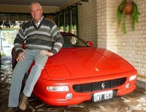 Oscar Berno junto a la Ferrari que perteneció a Maradona. Foto: Perfil.com