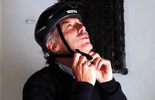 Macri se pone el casco para andar en bici pero no en moto.