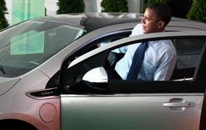 Barack Obama hace unos días subiendo al Chevrolet Volt