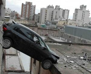 Un VW Gol Trend quedó colgado en un garage de Córdoba.