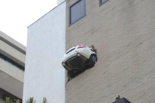 Un Mercedes Clase C quedó colgado en un garage de Tulsa.