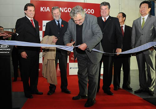 Mujica inaugura la línea del Kia Bongo en Uruguay. Foto: Presidencia ROU