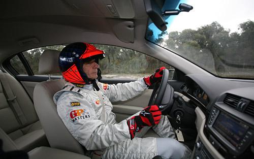 Emerson Fittipaldi tomando contacto con el Omega en Australia.