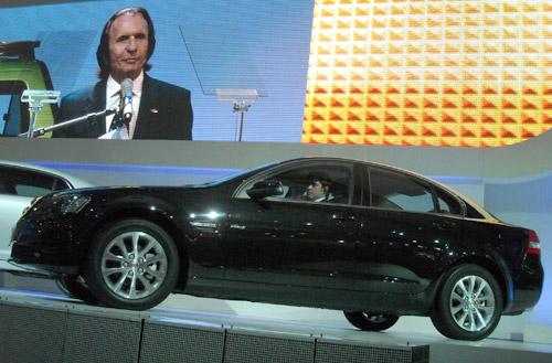 Emerson Fittipaldi presentando el nuevo Omega.