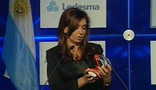Cristina con un EN-V en sus manos.