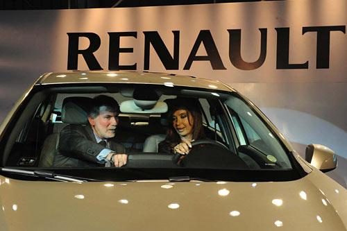 Maciet y la presidenta a bordo del Renault Fluence en Córdoba.