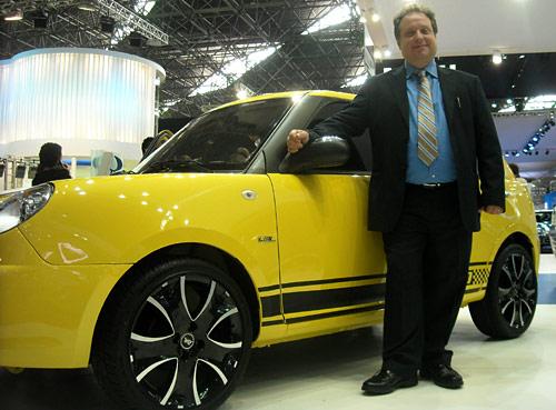 Eduardo Effa en el stand de Lifan en el Salón de San Pablo 2010 -  Foto: Cosas de Autos Blog
