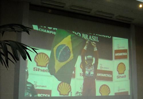 El trailer de Senna proyectado en las paredes del Hotel Holiday Inn en San Pablo
