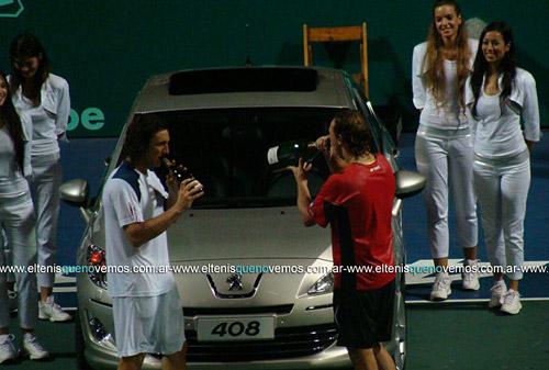 Mónaco y Nalbandian celebran tras la final de la Copa Peugeot Argentina 2010 con el 408 detrás.