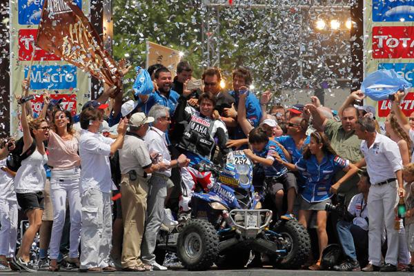 Alejandro Patronelli coronado en el podio del Dakar 2011