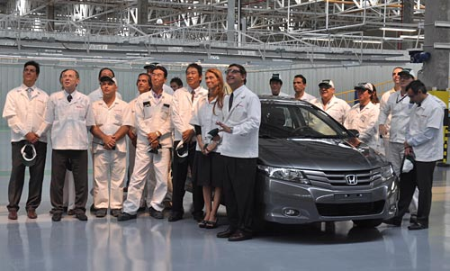 Débora Giorgi en su visita a la planta de Honda donde se fabricará el City.