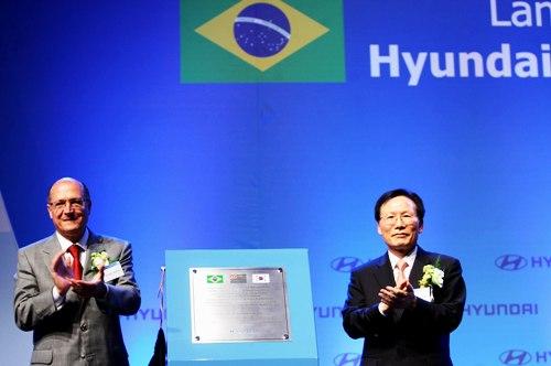 Geraldo Alckmin, gobernador de San Pablo y y Shin Jung Woon, vice presidente de Hyundai.