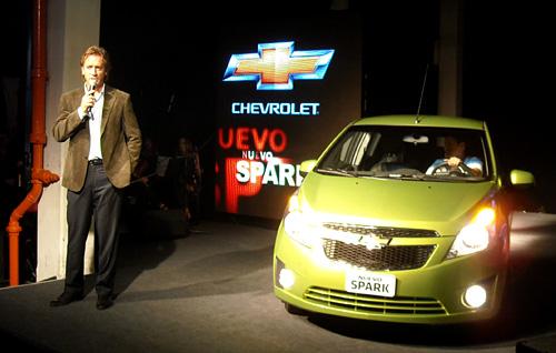 José Valls junto al Nuevo Chevrolet Spark