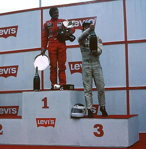 Reutemann acompañado de Patrese en el podio de Brasil. Jones no fue.