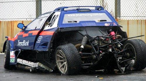 Así quedo el auto de Gustavo Sondermann donde se ve el dibujo de los neumáticos