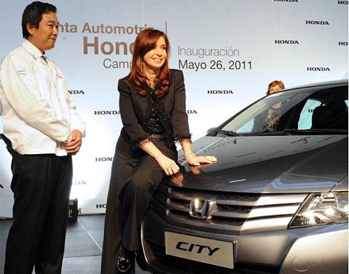 La presidenta Cristina Kirchner sobre el Honda City en la planta de la firma japonesa en Campana.