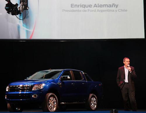 Enrique Alemañy junto a la nueva Ford Ranger