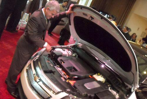 Sergio Rocha abre el capó del Chevrolet Volt