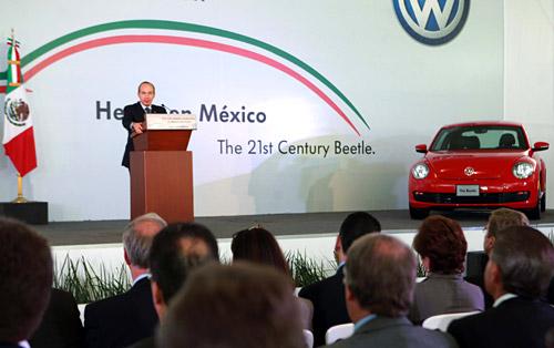 Felipe Calderón en la inauguración de la línea del nuevo Beetle.