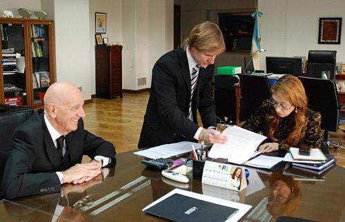Scalise con Giorgi al momento de la firma del acuerdo.