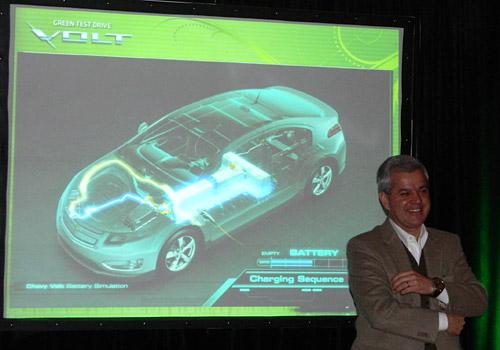 Sergio Rocha, presidente de GM Argentina junto al Volt