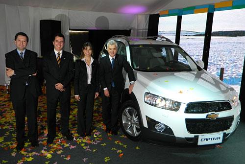 Bernardo García, Paul Riveroll, Ana Avellino y Sergio Rocha junto a la Captiva 2012.