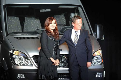 Cristina Fernández y Roland Zey en el acto del 60 aniversario de Mercedes-Benz.