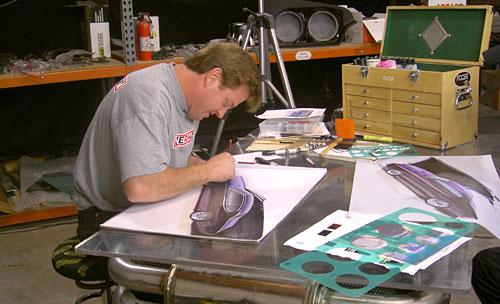 Chip Foose trabajando para el programa Overhaulin'