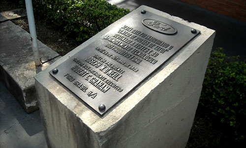 Placa conmemorativa de la inauguración del complejo de Ford en Tatuí.