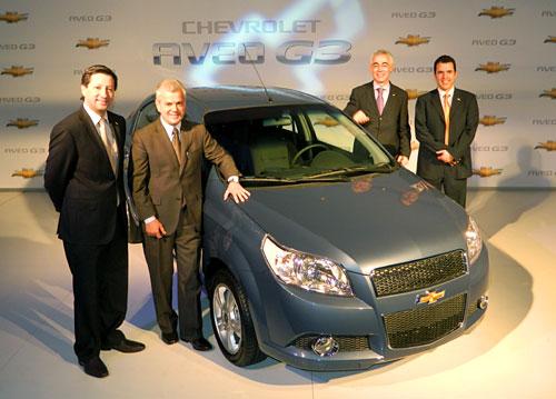 Bernardo García, Sergio Rocha, Jaime Ardila y Paul Riveroll junto al Aveo G3.