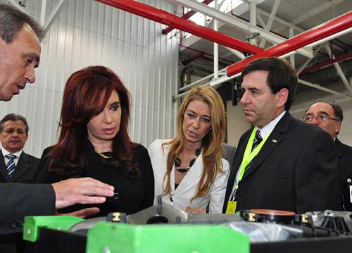 Enrique Alemañy junto a Cristina Kirchner y Débora Giorgi en la presentación de la nueva planta de motores de Ford