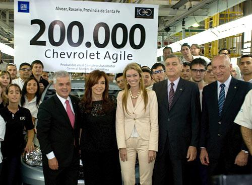 Sergio Rocha, Cristina Fernández, Débora Giorgi y Hermes Binner en la planta de GM.