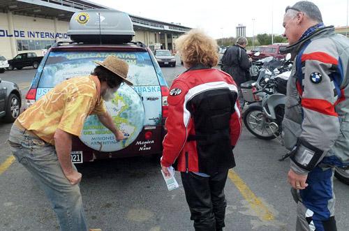 """""""Nosotros venimos de acá abajo, ven"""", les explica Nené a dos motoqueros europeos."""