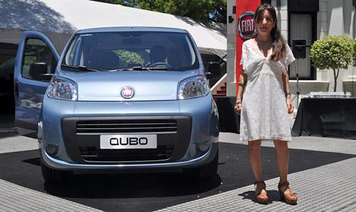 Carolina Méndez Acosta, brand manager de Fiat junto al Qubo.