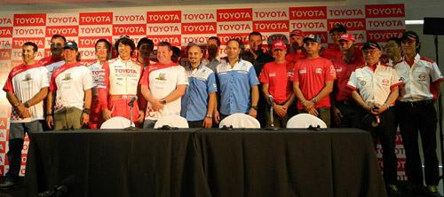 Todos los pilotos Toyota en la previa del Dakar en Zárate.