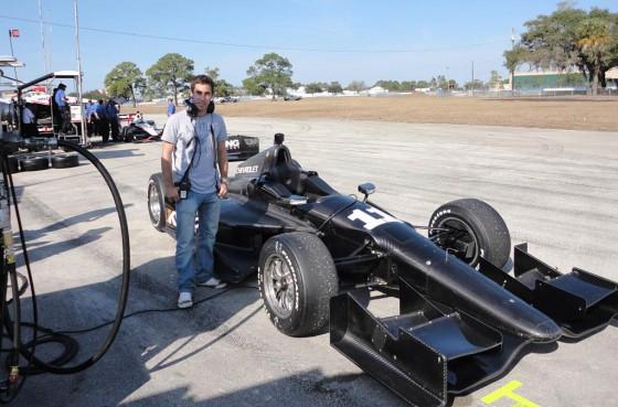 Guerrieri junto al auto de IndyCar del equipo KV Racing.