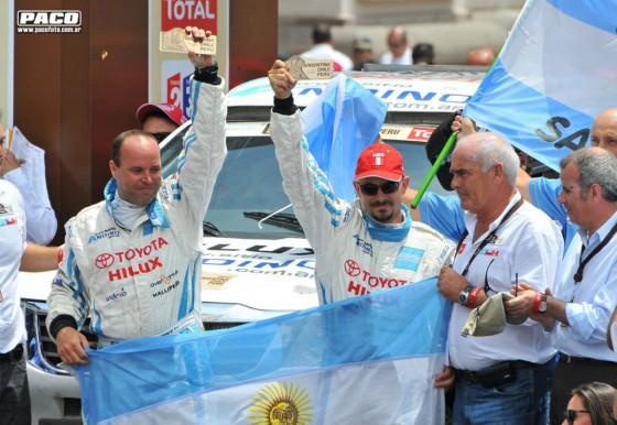 Lucio Álvarez y Ronnie Grau en el podio de Lima en el Dakar 2012.