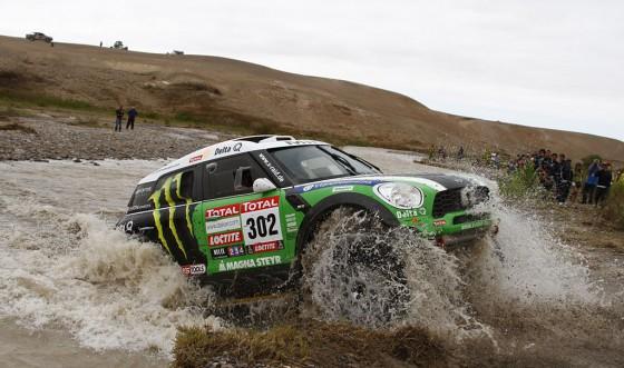 Stéphane Peterhansel, ganador del Dakar 2012 en autos con su MINI.