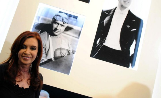 La presidenta Cristina Fernández junto a la foto de Fangio.