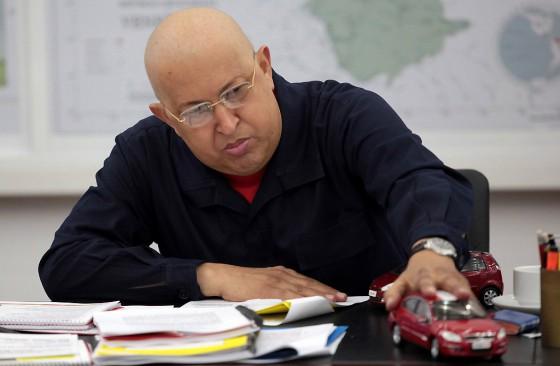 Hugo Chávez con una réplica de uno de los Chery que se arman en Venezuela.
