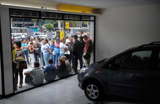 Larga cola en la puerta de un concesionario Chery en Venezuela. Foto: AFP